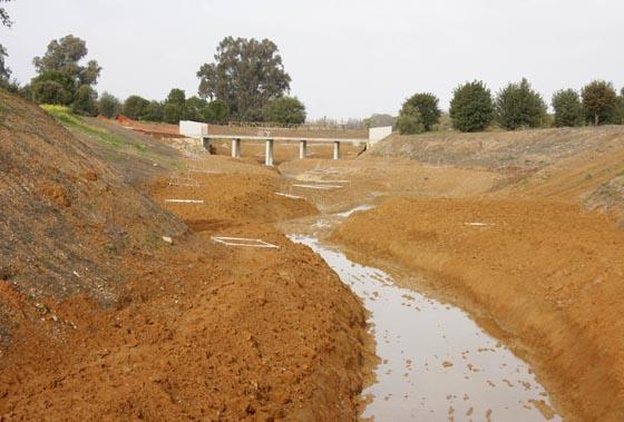 Nuevo cauce del arroyo Tamarguillo con una de las pasarelas al fondo.  Foto: Victoria Hidalgo