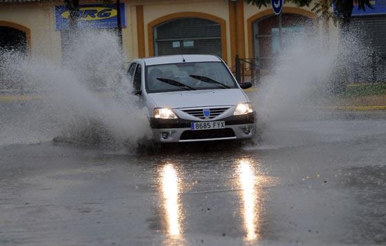 El agua anega la rotonda de acceso al centro comercial Airesur, en Castilleja de la Cuesta.  Foto: Juan Carlos Vázquez