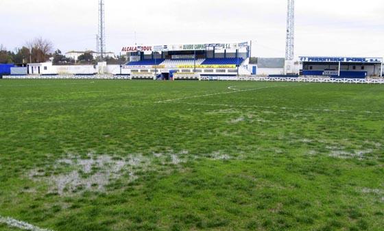 Aspecto del estadio Francisco Bono de Alcalá, donde se tuvo que suspender el encuentro de fútbol previsto.  Foto: Efe