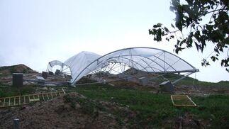 Aspecto de la cubiergta del Dolmen de Montelirio, derribada por el temporal.