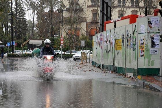Una motocicleta atraviesa con dificultad la Puerta de Jerez hacia Almirante Lobo.  Foto: Juan Carlos Vázquez