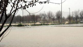 El campo inundado obligó a aplazar numerosos encuentros en la provincia de Sevilla, como el Triana-Calatrava.  Foto: Juan Carlos Vázquez