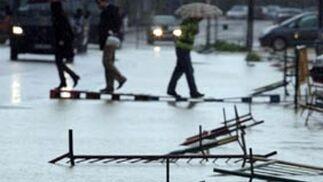La lluvia y el viento anegó algunas calles y tumbó vallas.  Foto: Juan Carlos Muñoz