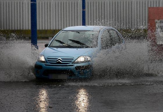 Un coche circula con dificultad.  Foto: Juan Carlos Muñoz