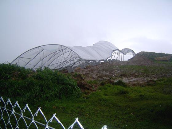 La estructura que protege el Dolmen de Montelirio, en Castilleja de Guzmán, desplomada por la lluvia y el viento.