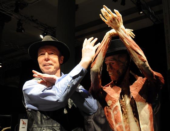 Gunther von Hagens posa junto a una de sus obras, que tiene lugar en el Casino de la Exposición.  Foto: Juan Carlos Vazquez