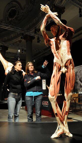 Los visitantes observan con curiosidad una de las obras de la muestra.  Foto: Juan Carlos Vazquez