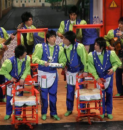 Kike Remolino, en el centro, se ganó al público con su interpretación.   Foto: Jesus Marin