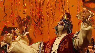 Fin de fiesta por todo lo alto con la comparsa de Antonio Martín.   Foto: Jose Braza