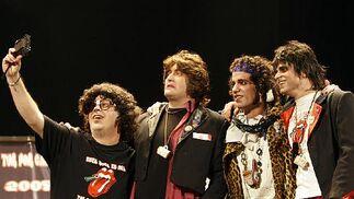 Mick, Keith y Ron sufren el acoso del fan número uno de los Rolling.   Foto: Jose Braza