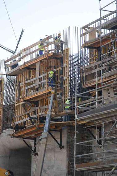 Operarios trabajando en las obras de la esclusa.  Foto: Jaime Martinez