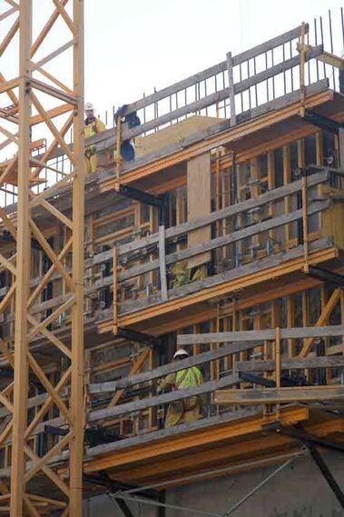 El ingeniero responsable de la obra destaca que han llegado a trabajar hasta 25 metros bajo la lámina del agua para hacer la cimentación de los muros, que tienen 20 metros de altura.  Foto: Jaime Martinez