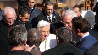 Los miembros de la comisión le hacen entrega del busto a Benedicto XVI en presencia de monseñor Amigo.  Foto: D.S.