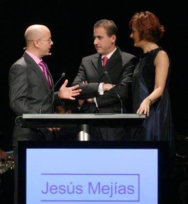 Jesús Mejías, autor de la portada del Llamador de papel, con Fran López de Paz y Charo Padilla.  Foto: Belen Vargas