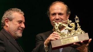 Manuel Román recibe 'El Llamador' de manos de Joaquín Durán, director de Canal Sur Radio.  Foto: Belen Vargas