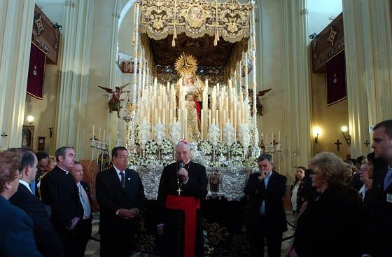 El Cardenal toma la palabra ante la Virgen de las Angustias.  Foto: Manuel Gómez