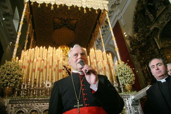 El Cardenal toma la palabra ante el palio de la Concepción.  Foto: Belén Vargas