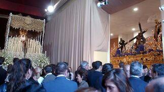 Curiosa estampa de la Esperanza de Triana y las Tres Caídas en su capilla, que está en obras.  Foto: Manuel Gómez