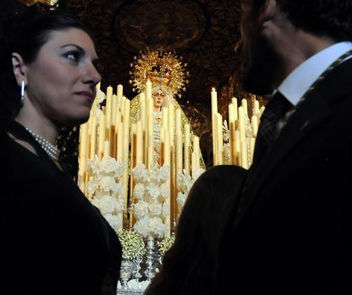Una pareja, ante la Esperanza Macarena.  Foto: Juan Carlos Vázquez