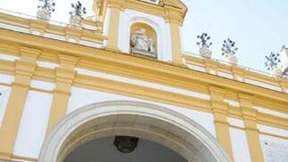 Dos jóvenes de mantilla reparten alfileres de la Macarena ante la Basílica.  Foto: Juan Carlos Vázquez