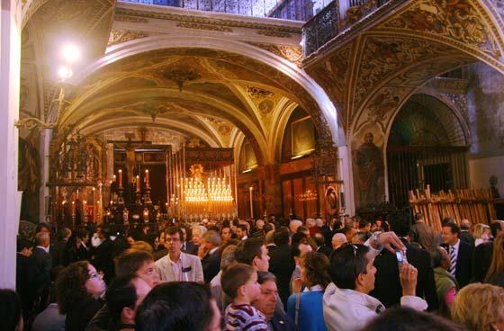 La Magdalena, llena para ver los pasos del Calvario y la Quinta Angustia.  Foto: Belén Vargas