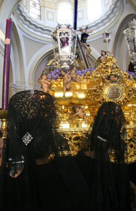 Mantillas ante el cristo de la Hermandad del Silencio.  Foto: Belén Vargas