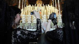 Mantillas y cámaras para la Macarena.  Foto: Juan Carlos Vázquez