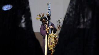 Dos mujeres de mantilla contemplan al Señor de Sevilla.  Foto: Juan Carlos Vázquez