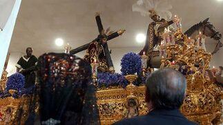 Una pareja ante las Tres Caídas de Triana.  Foto: Manuel Gómez