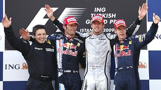 Peter Bonnington, miembro del equipo de Brawn GP, junto a Webber, Button y Vettel.  Foto: AFP Photo / Reuters / EFE