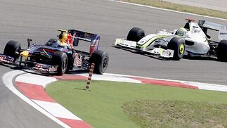 Button acecha a Vettel. No tardaría en adelantarle.  Foto: AFP Photo / Reuters / EFE