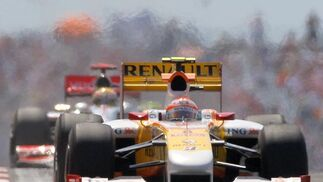 Alonso, perseguido por Hamilton (McLaren).  Foto: AFP Photo / Reuters / EFE