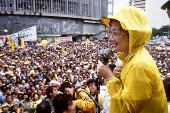 'Cory' Aquino se dirige al pueblo filipino en el segundo aniversario de la muerte de su esposo, Benigno. / AFP Photo · Reuters