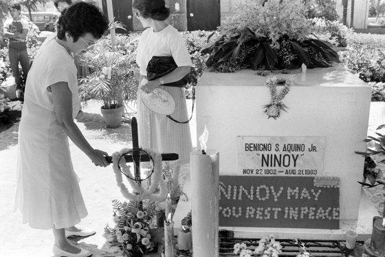 Corazón Aquino visita la tumba de su esposo, Benigno Aquino, el líder asesinado de la oposición filipina a la dictadura de Marcos. / AFP Photo · Reuters