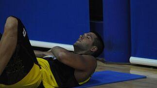 El madridista Felipe Reyes hace abdominales en la sesión de ayer.   Foto: Javier Gonzalez