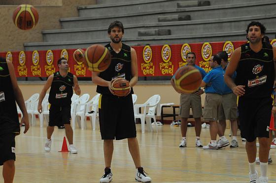 Marc Gasol y Álex Mumbrú, durante una serie de lanzamientos a canasta.  Foto: Javier Gonzalez