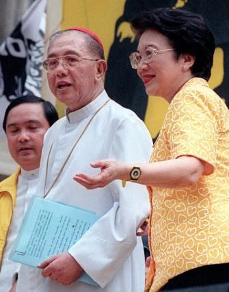 La ex presidenta, con Jaime Sin, el líder de la Iglesia católica en Filipinas en 1999. / AFP Photo · Reuters