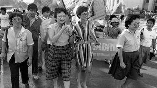 La icono de la democracia marcha en 1985 junto a otras 2.000 mujeres por las calles de Manila hacia la residencia del por entonces presidente Marcos. / AFP Photo · Reuters