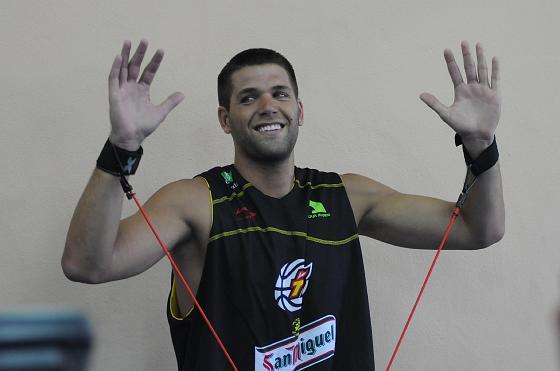 Manos arriba de un sonriente Felipe Reyes en el gimnasio.   Foto: Javier Gonzalez