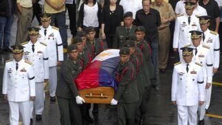 Miembros del Ejército filipino portan el féretro de la ex presidenta Corazón Aquino. / AFP Photo · Reuters