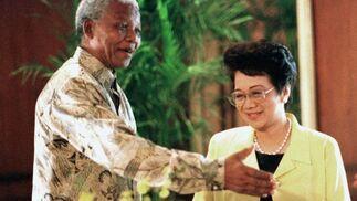 El ex presidente sudafricano, Nelson Mandela, recibe a Aquino en 1997. / AFP Photo · Reuters