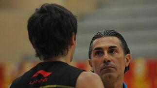 El nuevo seleccionador y el joven base de Masnou tuvieron una primera toma de contacto.   Foto: Javier Gonzalez