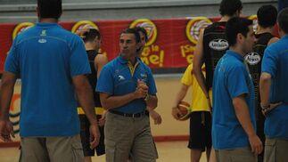 El técnico Sergio Scariolo, rodeado de su cuerpo técnico.   Foto: Javier Gonzalez