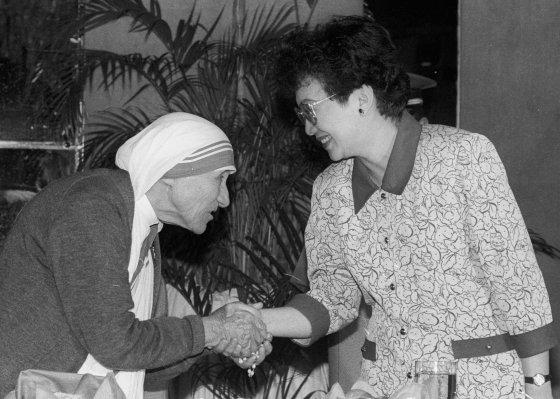 La madre Teresa de Calcuta es recibida por Aquino en Manila en 1989. / AFP Photo · Reuters