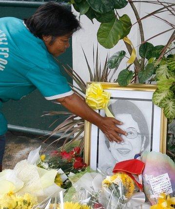 Una mujer deposita flores en un santuario improvisado por la muerte de Corazón Aquino, que ha pasado  a la historia como la primera mujer que presidió Filipinas. / AFP Photo · Reuters