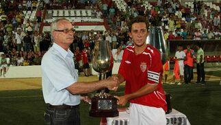 El capitán del Portuense recoge el trofeo de consolación.   Foto: J.D.Corzo