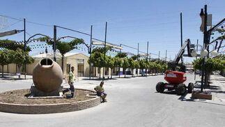 Las calles del Cortijo de Torres se engalan y se ponen a punto para sus visitantes. FOTO: Sergio Camacho