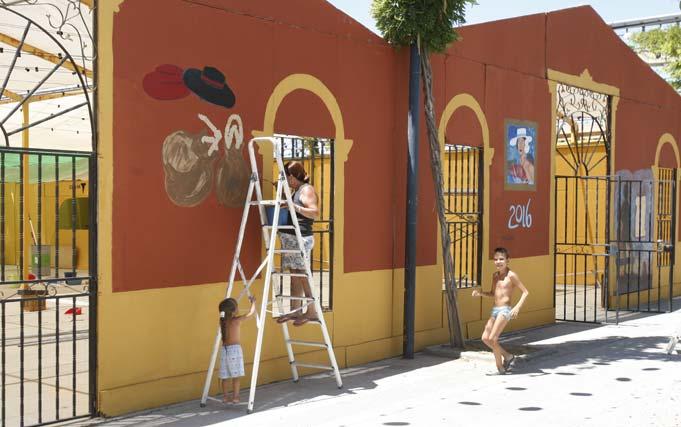 Las casetas del Real de la feria ultiman su acondicionamiento y decoración. FOTO: Sergio Camacho