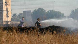 Trabajos de extinción de una de las zonas quemadas.  Foto: B. Vargas