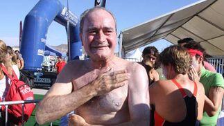 La celebración de las bodas de oro de la travesía a nado del Puerto registró un record de participantes: 405. El alcalde no faltó a su cita.  Foto: Javier Albinana